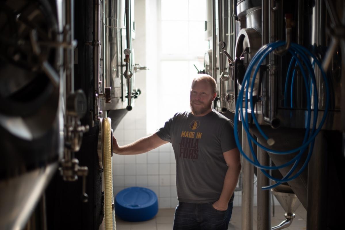 Niklas Wallström inspekterar jästtankarna. Några är väldigt stora, 6500 liter och därmed så stora att de knappt används längre. Men hoppet är att de ska kunna komma till nytta om bryggeriet vinner en offert på Systembolaget och behöver producera större mängder.