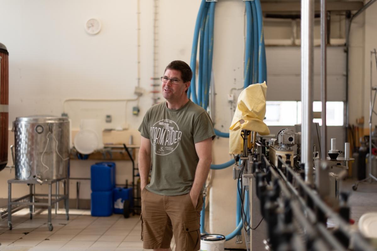 Jarrad Harrington, ursprungligen från Australien, men via Dugges kom han till Ahlafors. Han är den ende på bryggeriet som jobbar med lön.