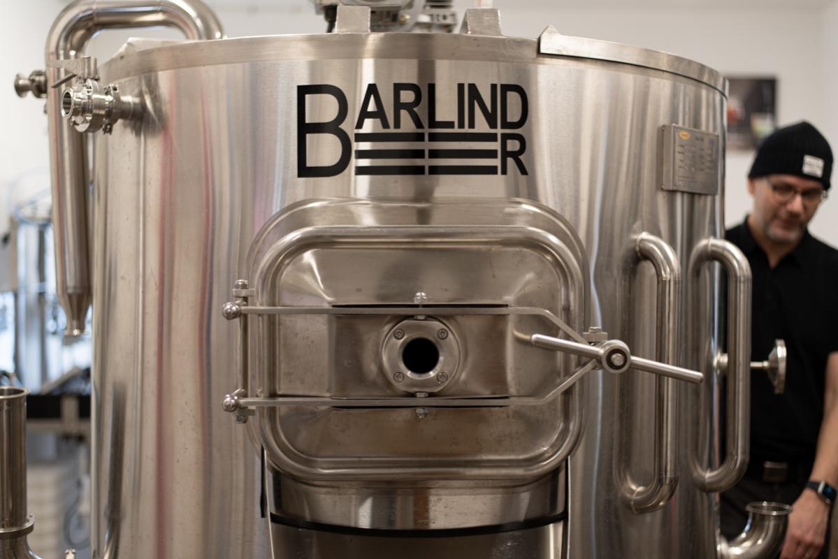 Barlind Beers nya bryggverk är av en lite ovanligare modell, där inmäskningen sker i övre delen och koket i den nedre. Så det går inte att titta på koket på samma sätt som i andra bryggverk.
