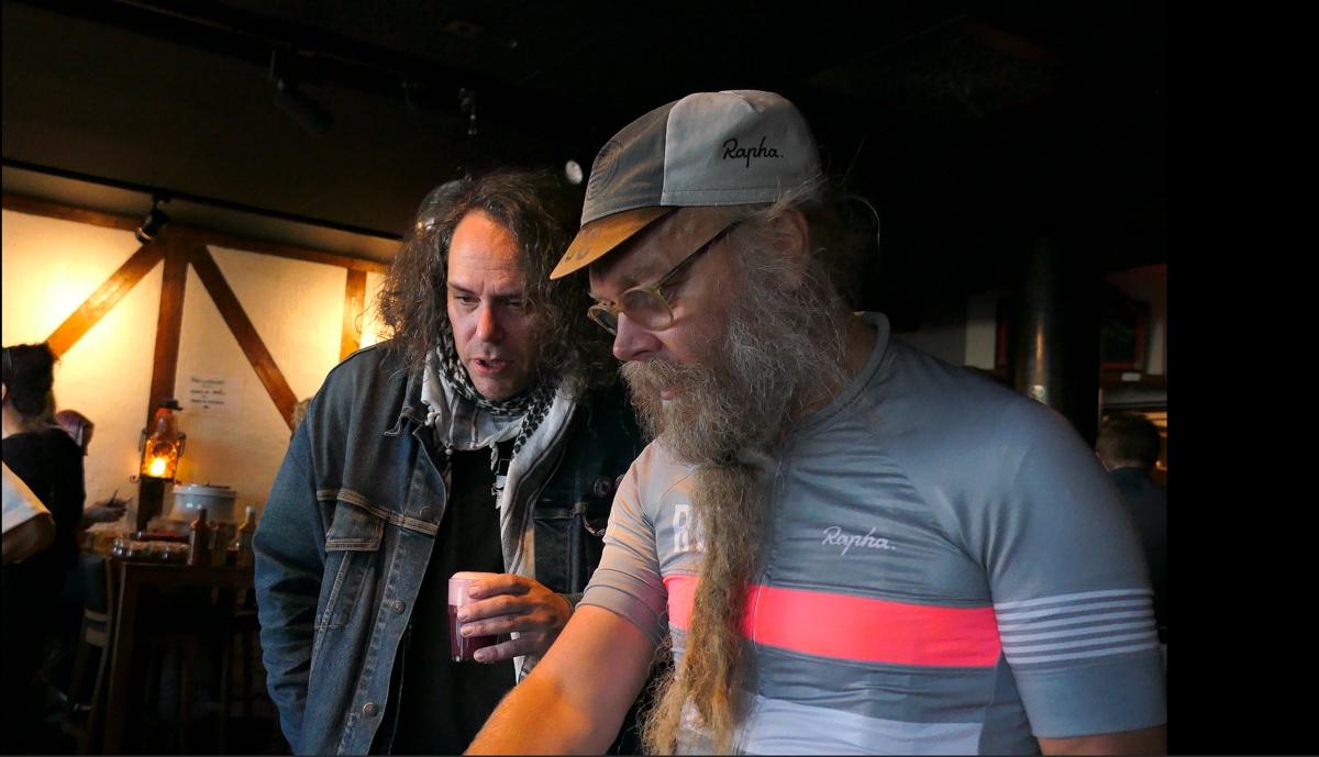 Henrik Enberg och Calle Lundin är nyfikna på vad Brewski hade med sig.