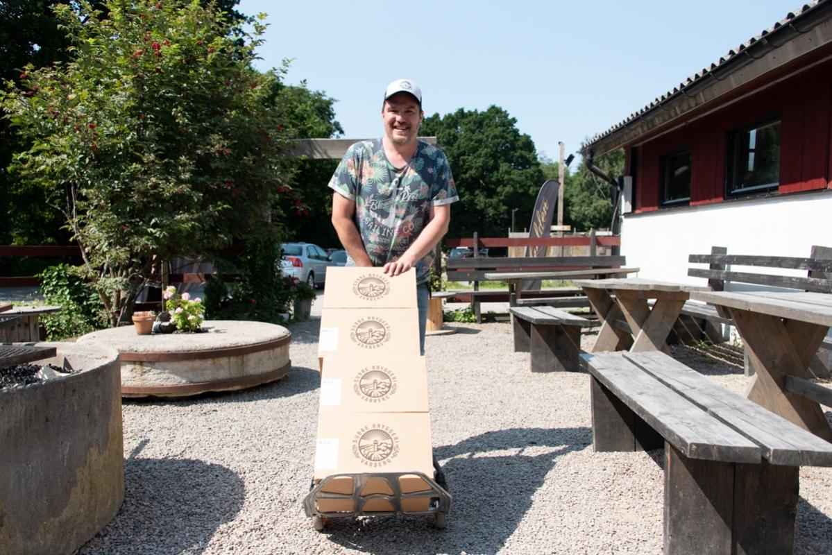 Redan efter ett par timmar fick Martin Sunesson gå till kylförrådet för att hämta mer folköl. Strax efter kom folk från grannen, restaurangen Spiseriet, för att hämta nya fat. Det var många som ville dricka öl i värmen.