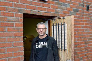 Foto: Ronny Karlsson. Jonas Barlind driver sitt bryggeri från svärmors garage.