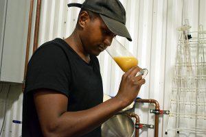 Foto: Ronny Karlsson. Henok Fentie vill att varje droppe öl ska hålla hög klass. Det är viktigare än att tillverka massor med öl.